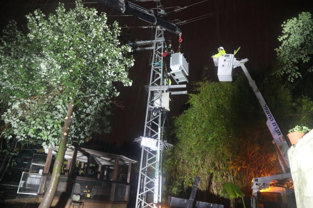 עובדי חברת חשמל מחליפים שנאי
