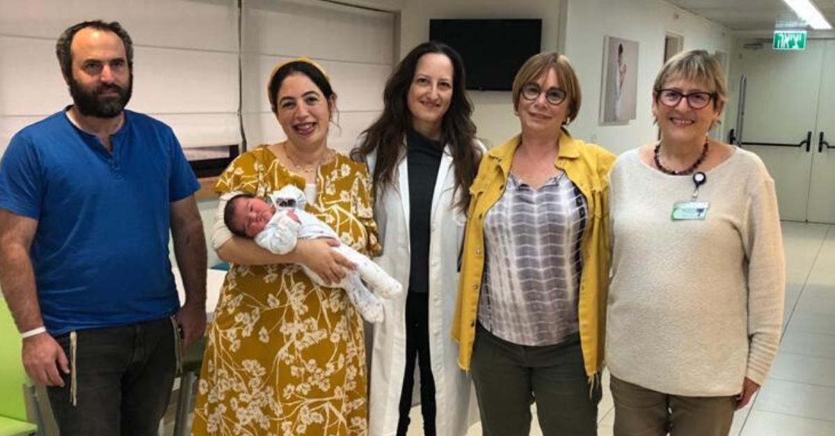 מימין: ד״ר רות פסל, טובה גוילי, פרופ׳ טל בירון, שירלי ואוהד ליפניק עם התינוקת
