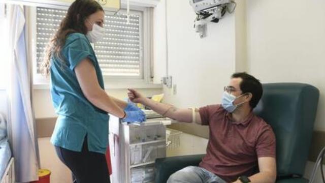 ענר אוטולנגי, הראשון לקבל את החיסון