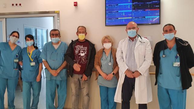 מיקי ארמן מגיע לומר תודה לצוות הרפואי