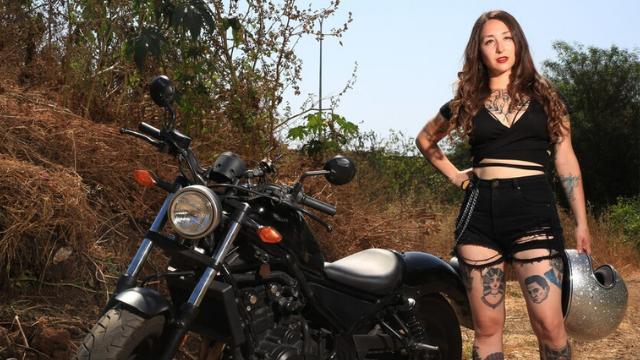 """קטנר. """"הורג אותי שחושבים שכל מה שאישה יודעת באופנועים זה הצבע שלהם"""""""
