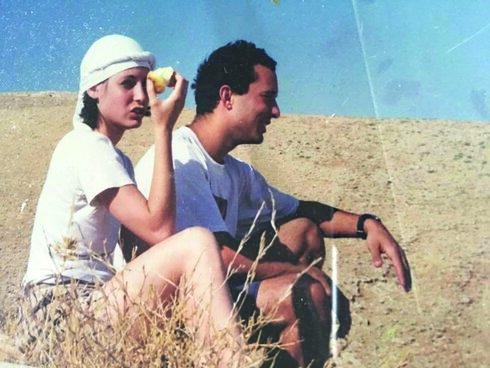 הזוג בנט. מעדיפים אוהל במדבר על פני מלונות פאר