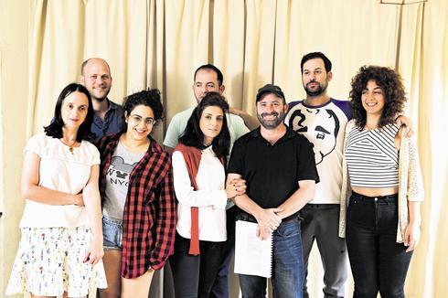 השחקנים, הבמאי, המחזאי והסופרת. צילום: צביקה טישלר