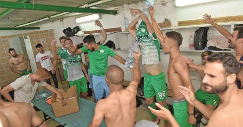 חדר ההלבשה של הפועל כפר סבא בסיום המשחק   צילום: שרון צור