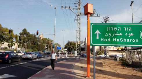 """•מצלמת רמזור ומהירות: """"דרך השרון"""" (כביש 402), בצומת עם רחוב טשרניחובסקי בכפר-סבא (צילום: חן זמיר)"""