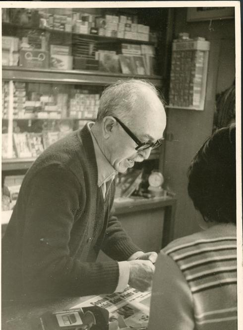 דניאל קפלן מצולם בחנות הצלמנייה (באדיבות מוזיאון כפר סבא)