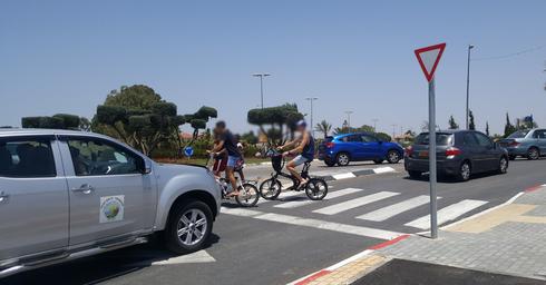 בני הנוער רוכבים על אופניים חשמליים ללא קסדה (צילום: אור ירוק)