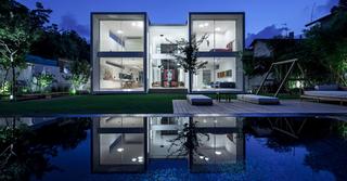 קיר זכוכית חיצוני בגובה שתי קומות | צילום: עמית גירון