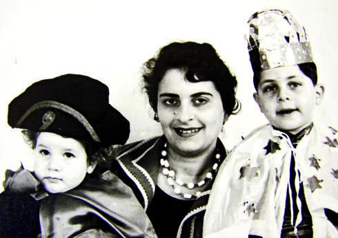 מריבה והתפייסות. עם אמו ואחותו בילדותם   צילום מהאלבום המשפחתי