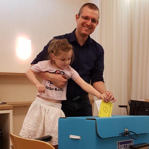 הרסגור הנדין ובתו בשעת ההצבעה | צילום: דוברות מרצ