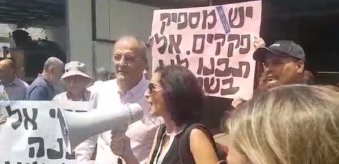 אושרת גני גונן ויגאל הררי במהלך ההפגנה   צילום: המטה של אושרת גני גונן