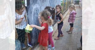 ילדי גן דליה של הגננת רחל צוקרמן כבר מצאו שימוש באחד השלטים | צילום: עיריית כפר סבא