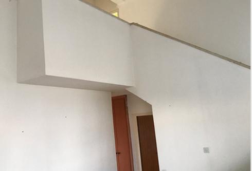 סלון הדירה לפני המהפך | צילום: עודד סמדר