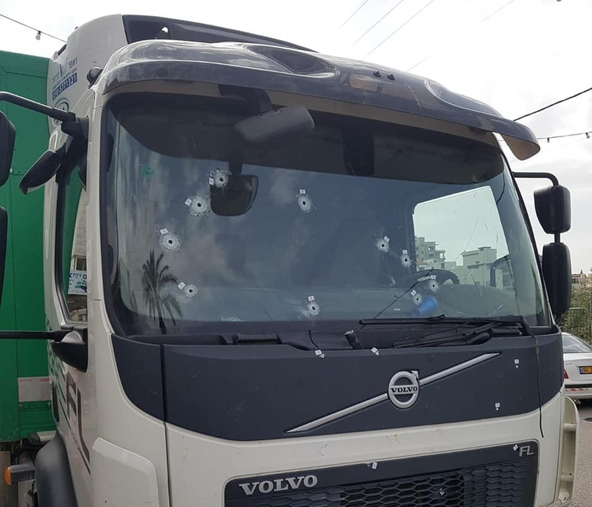 ירי אל עבר משאית תנובה. צילום: דוברות משטרת ישראל