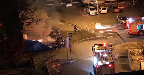 השריפה אתמול בחצר השוק. שוב הצתה? | צילום: פרטי