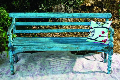 ספסל טורקיז מעץ טיק, תומיק. צילום: בועז לביא, סטיילינג: דיאנה לינדר
