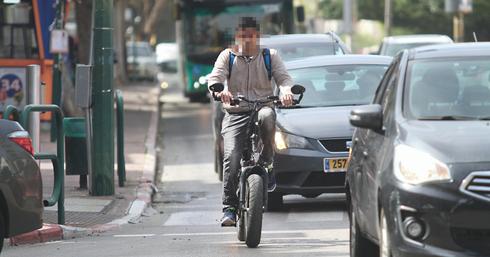 בלי רשת שבילים, זו הברירה היחידה. אופניים על כביש | צילום: אסף פרידמן