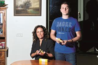 """יפעת ובנה עומר. """"אצלנו מוצרי חלב זה איום אמיתי""""   צילום: אסף פרידמן"""