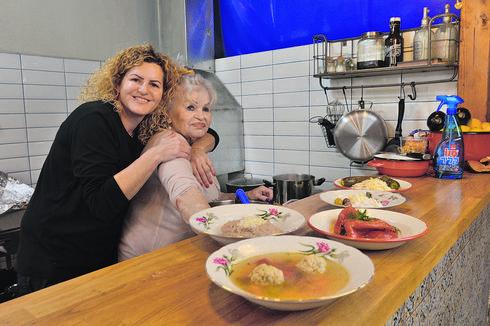 עם אמה גבריאלה. ממשיכה לבשל   צילום: אבי רוקח